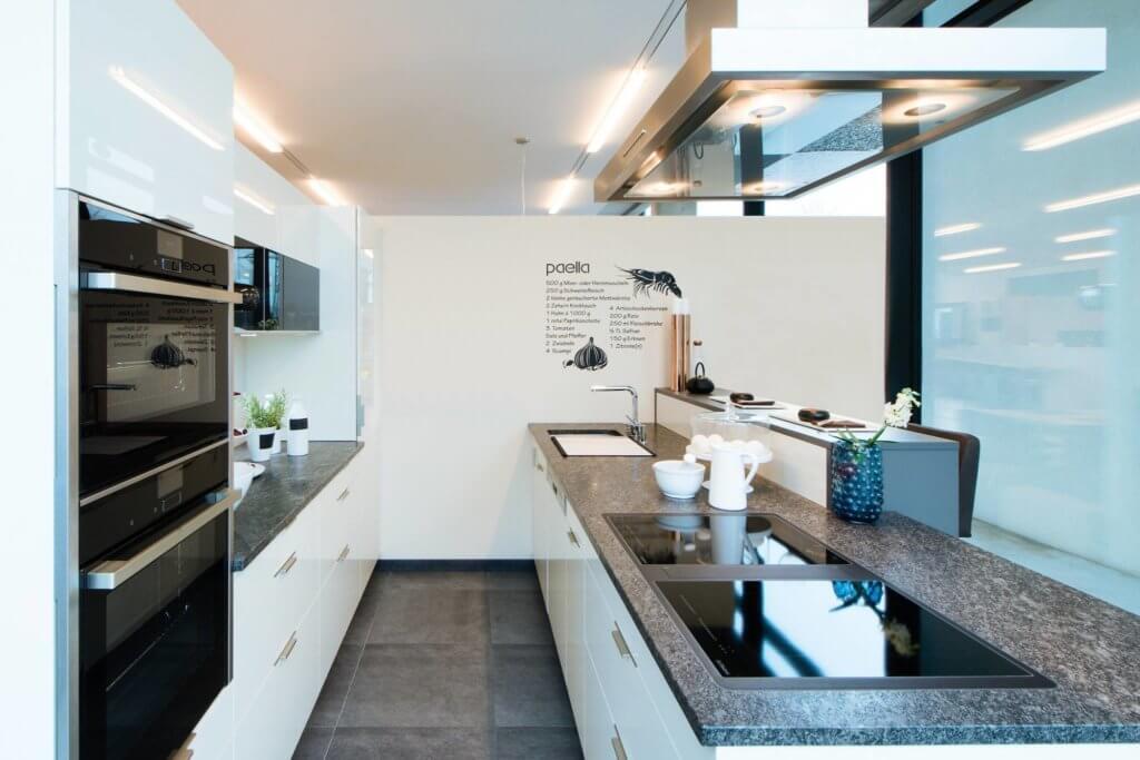 beige hochglanz ausstellungsk che mit granit arbeitsplatte und neff ger ten im abverkauf. Black Bedroom Furniture Sets. Home Design Ideas