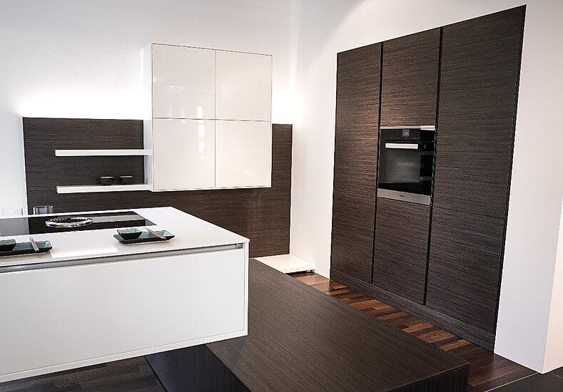 inpura ausstellungsk che in lack wei mit ebenholz funiert. Black Bedroom Furniture Sets. Home Design Ideas