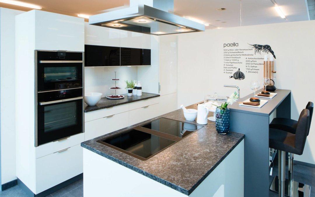 Beige Hochglanz Ausstellungsküche mit Granit Arbeitsplatte und NEFF ...