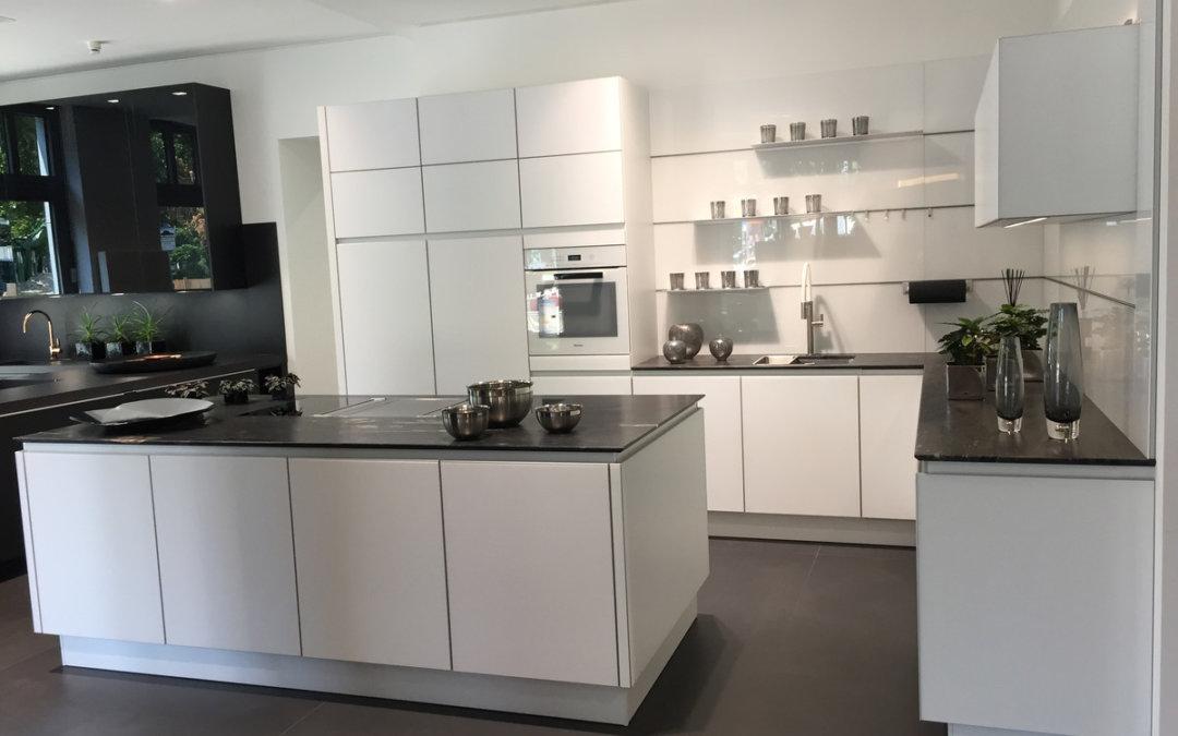 Moderne, Weiße Ausstellungsküche Mit Bora Induktionskochfeld Und