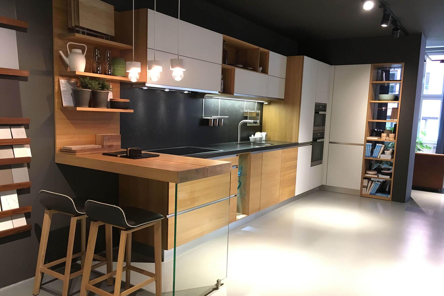 linee ausstellungsk che von team7 aus holzart eiche mit miele ger ten komplettausstattung im. Black Bedroom Furniture Sets. Home Design Ideas