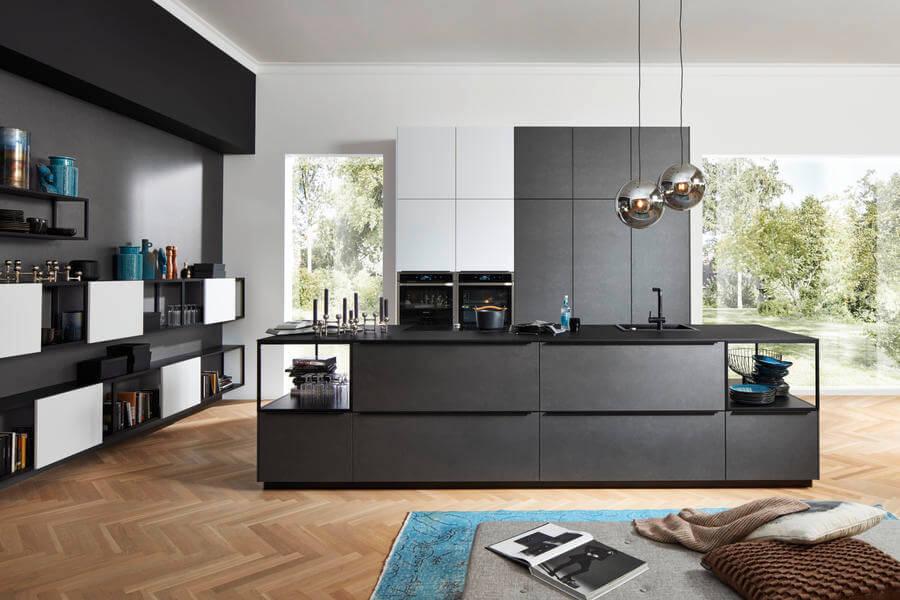 Nolte Küche mit Fronten Material Ferro Blaustahl Soft und Lack Arcticweiss softmatt (NK22293). Foto: Nolte