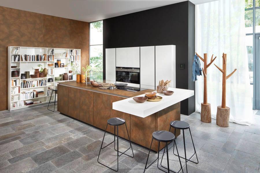 Nolte Küche mit Fronten Material Ferro Cortenstahl und Nova Lack weiss (NK22294). Foto: Nolte