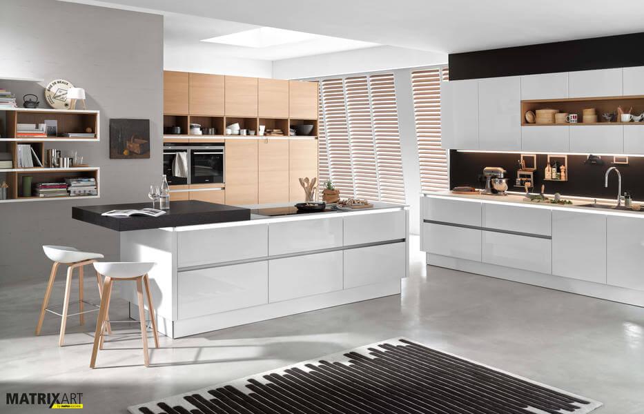 Nolte Küche mit Fronten aus Nova Lack 731 Weiß Hochglanz und Nature 565 Eiche Cognac (Nk16948).  Foto: Nolte
