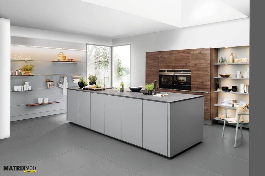 Nolte Küchen mit Fronten Material Artwood 22r Nussbaum Royal Feel 965 Papyrusgrau (Nk18454). Foto: Nolte