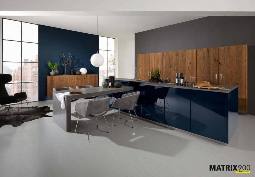 Nolte Küche mit Fronten Material Nova Lack tiefblau hochglanz Legno Eiche Trüffel (NK18707). Foto: Nolte
