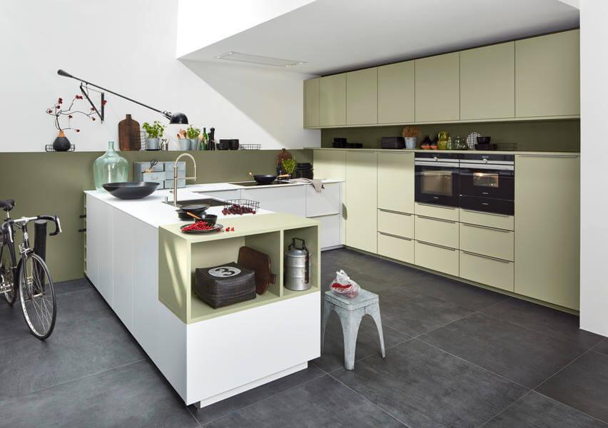 Nolte Küchen mit Fronten Material Soft Lack Avocado Softmatt und Arcticweiß Softmatt (NK22272). Foto: Nolte