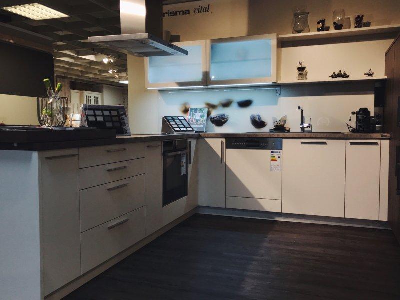 Ausstellungsküche Schüller: weiße Küche in U-Form (Magnolie) mit Neff Geräten