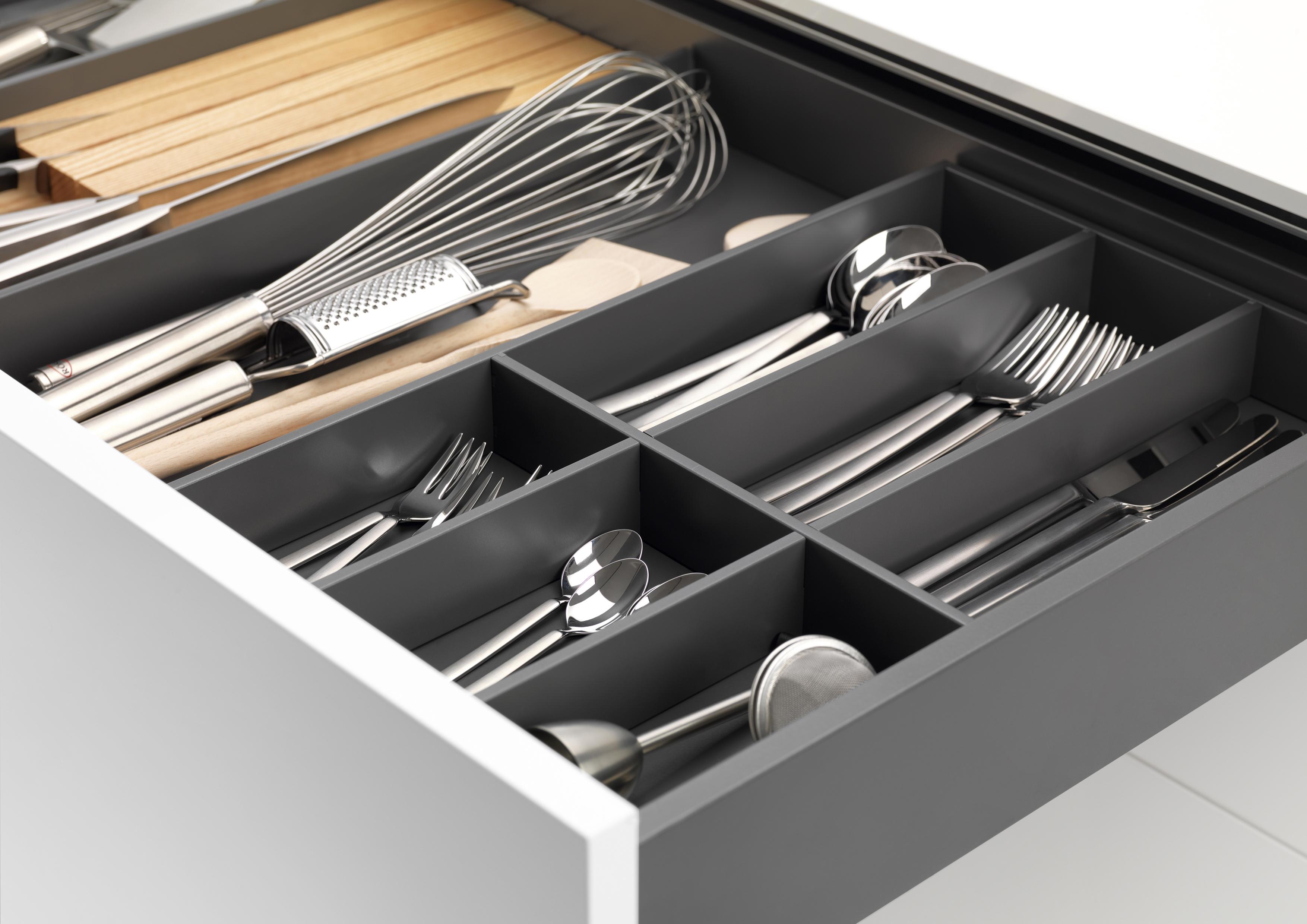 Besteckeinsatz nach Maß: Das GRASS Besteckkasten-System Tavinea passt in jede Küchenschublade