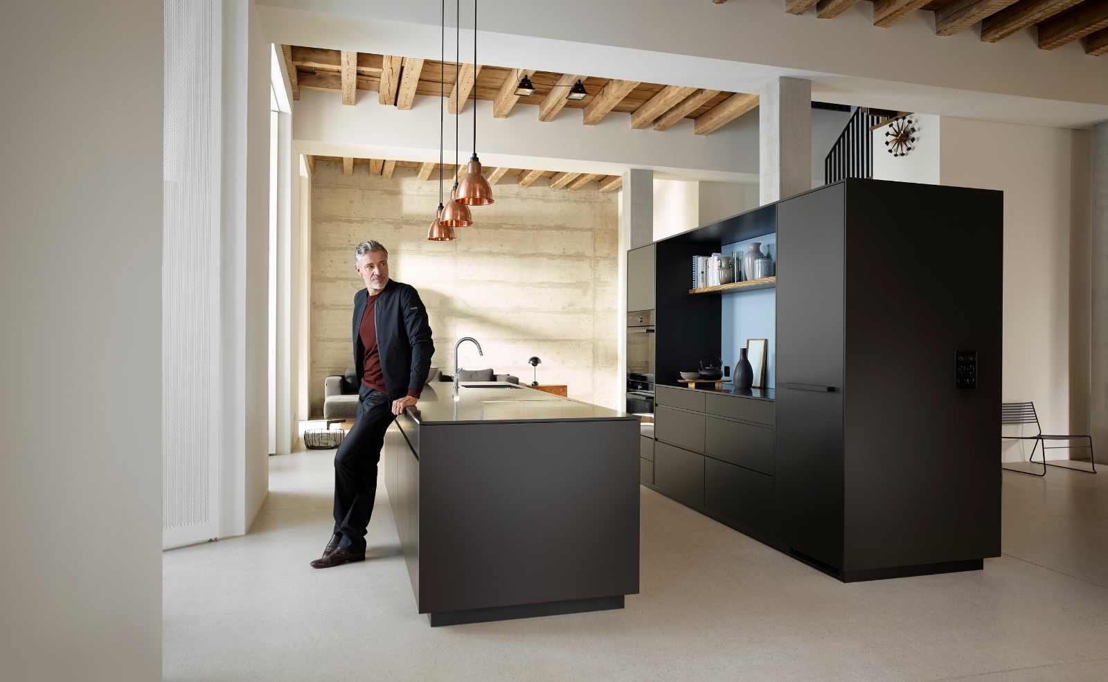 Das kleine Schwarze: Möbel mit dunklen Scharnieren und Schubladen