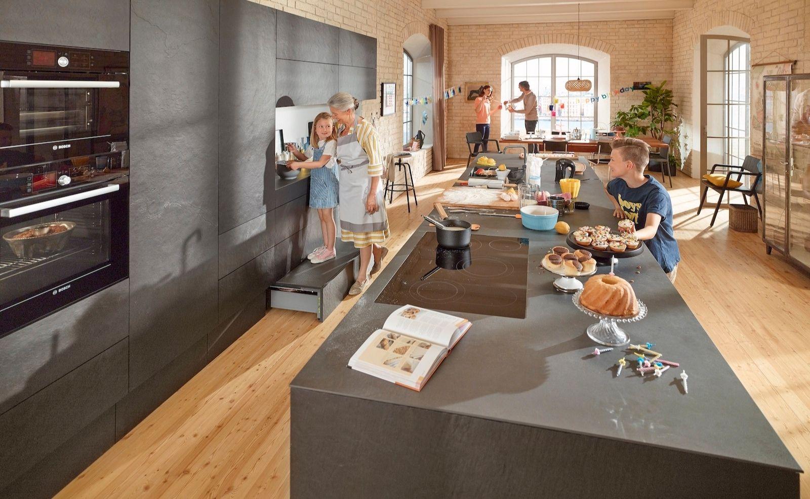 Mach Küchenarbeit zu Familienzeit! SPACE STEP macht kleine Helfer zu großen
