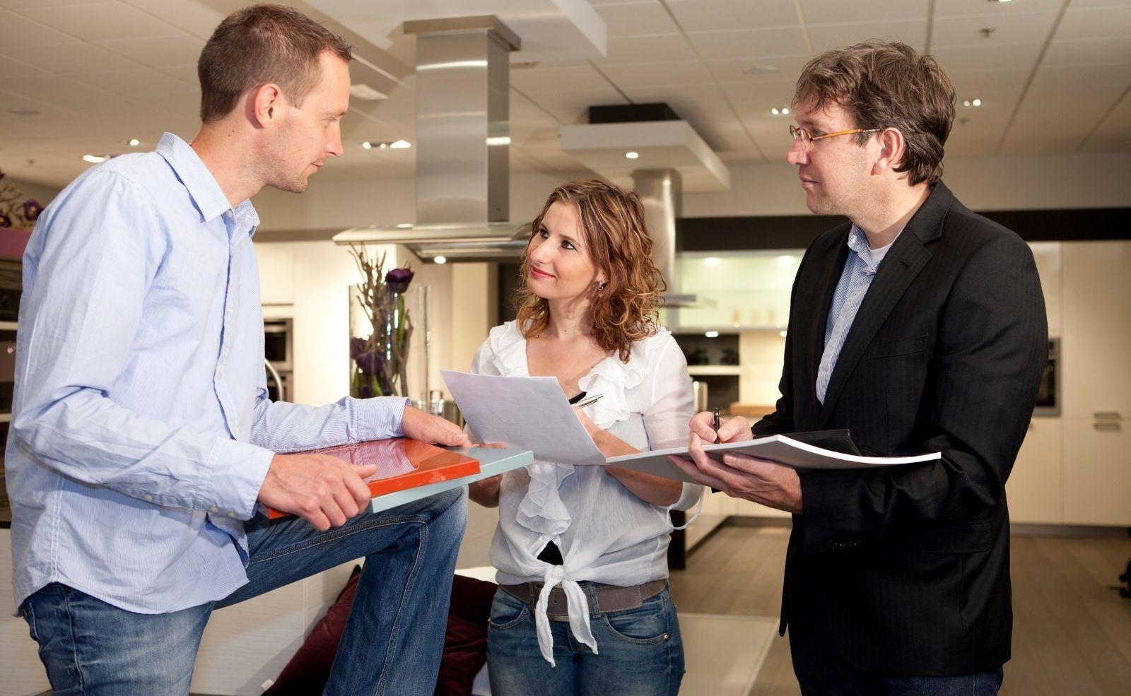 Wo Küche kaufen: Möbelhauskette, Einrichtungshaus, Küchenstudio oder Tischler?